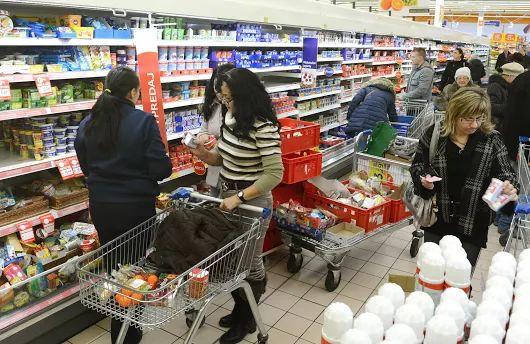 Prekvapenie pre Slovákov: Zatvorenie obchodov sa odkladá, pokojne nakupujte ďalej!