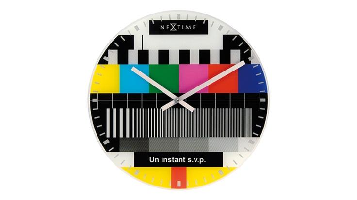Dé  estilo a su salón, con este reloj de diseño. Descubra de nuevo la célebre pantalla  de espera de nuestras televisiones sobre este reloj original.