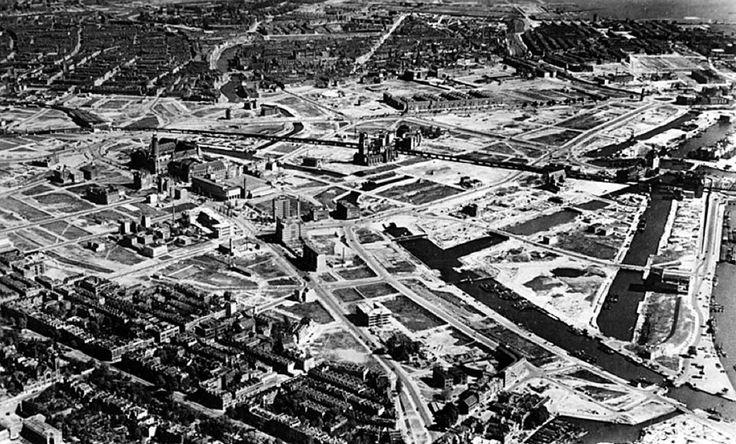 1946, alles wat nog overeind stond is afgebroken, het puin afgevoerd en de wederopbouw nog nauwelijks begonnen Collectie Stadsarchief Rotterdam