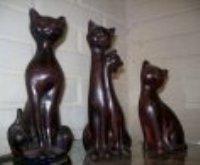 Alicia nos envía estos lindos gatos de Ziña con imitación de madera para decorar nuestro hogar, una de las tantas creaciones que tiene publicadas en su blog. Te invitamos a realizarlo a continuación. Materiales: - Figura de ziña o yeso - goma laca - lija nº400 - Un pincel de paleta - Latéx rojo óxido - Betún