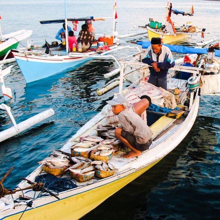"""Traditional Buginese fishermen st Paotere fish market , Makassar. In honor of World Food Day, respect fishermen that feed us. #natgeo #natgeonesia…"""