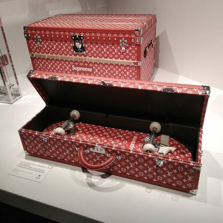 Parce que Louis Vuitton  . . . #volez #voguez #voyagez #skateboard #supreme #NYC #expo
