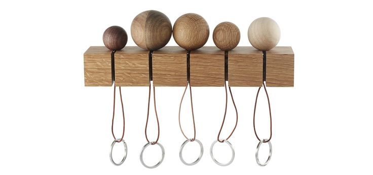 CatchMe är en serie med fem nyckelringar - alla är runda och i olika träslag. Väggupphängning i trä ingår så att alla i familjen kan hänga upp sina nycklar och snabbt hitta dem när de ska ut genom dörren.