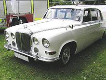 Daimler DS 420 (1968)  Der Daimler DS 420, auch bekannt als Daimler Limousine, ist eine viertürige Pullman-Limousine mit fünf Sitzen und zwei klappbaren Notsitzen vor der Rückbank, die Daimler auf Jaguar-Basis im Jahre 1968 auf den Markt brachte. ****************************************** ===>  https://de.wikipedia.org/wiki/Daimler_250_V8 ****************************************** ===>  https://de.wikipedia.org/wiki/Daimler_Motor_Company#/media/File:Daimler_DS420.jpg