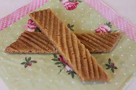 Hei!    Tein kinuskikeksejä joita Leila teki Leila leipoo-ohjelmassa. Etsin ohjeen netistä ja se löytyi täältä . Ohje on helppo, keksit ov...