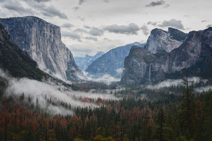 The iconic Tunnel View in Yosemite National Park
