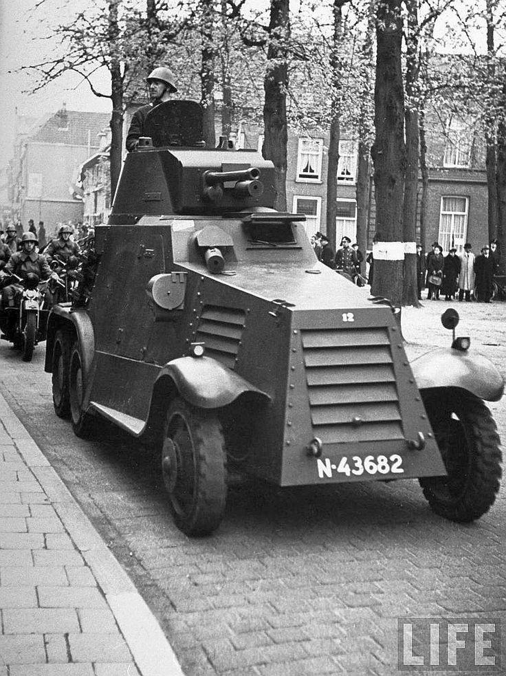 Pantserwagen voor het huidige Theater een de Parade te `s-Hertogenbosch