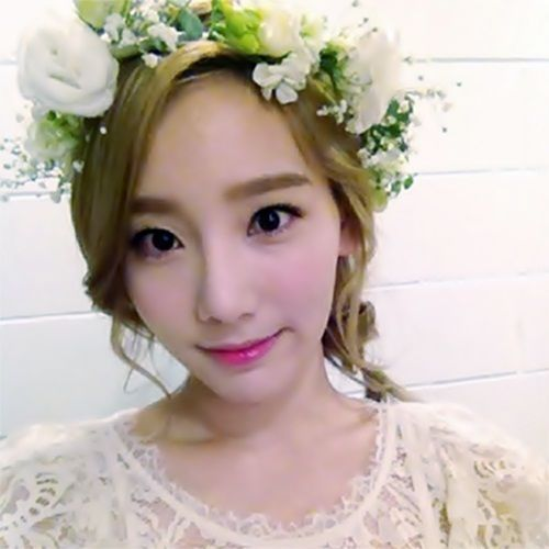 """taeyeon- so pretty! Love the flowers, and the whole look is very """"pure""""/""""innocent"""""""