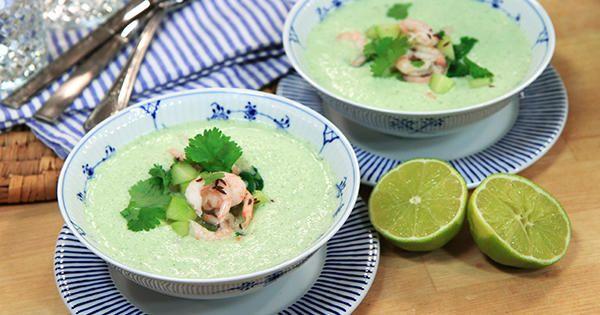 Fräsch gurksoppa med kokosmjölk och mynta. Toppas med räkor, rostad kummin och koriander.