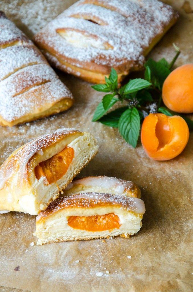 MARILLEN TOPFEN GERMTASCHEN (Aprikosen-Quark-Hefetaschen) // Homemade Apricot Pastries // Baking BarbarineEin schneller Germteig - der nicht gehen muss - gefüllt mit einer saftigen Topfencreme und süßen Marillen!