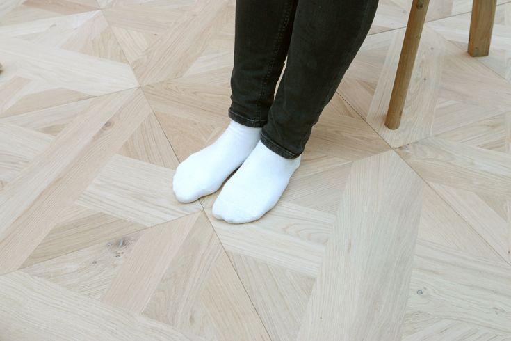 寄せ木細工によってパターンをつけた、デコラティブな39cm角の正方形なフローリングです。