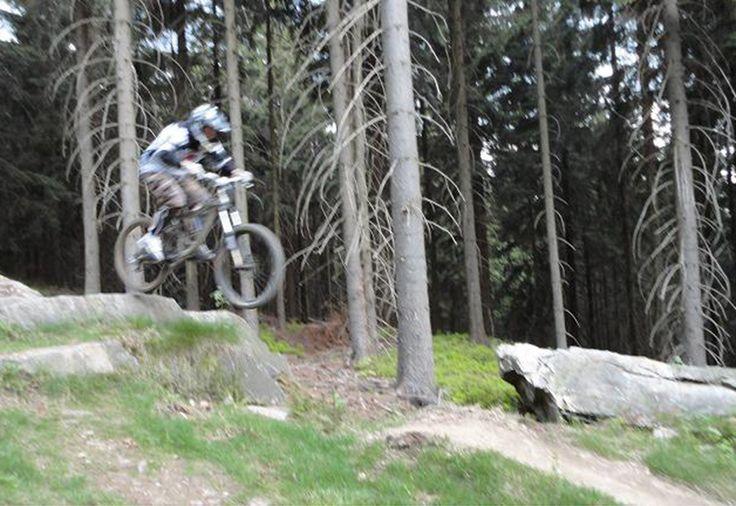 Downhill ride on professional tracks - Hard - Challenge yourself on mountain bike.