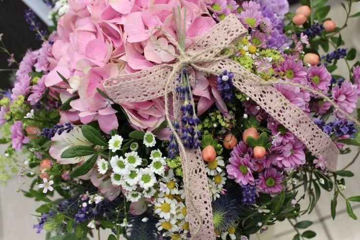 LETO 2015 Na leto sme pripravili pre Vás novú kolekciu z krásnych hodvábnych kvetov a čerstvých kvietkov. Ponúkame krásne kvety do záhrady, záhradné lampáše, voňavé sviečky, romantické vankúše a fotorámiky, letné vence na dvere, voňavé mydielka a množstvo noviniek. Tešíme sa na Vašu návštevu!