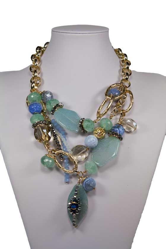 Collar Teria Yabar en tonos azules y verdes.