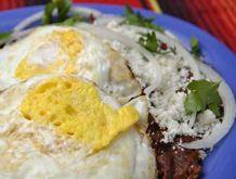 Desayuno DF Chilaquiles, rancheros, divorciados o en su salsa, enfrijoladas con un ingrediente a escoger, Huevo, pollo o bistec de res. Incluye jugo de naranja, té o café. #MuchoSabor #Pakaá