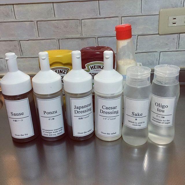 女性で、3LDKの調味料入れ/調味料ボトル/自作ラベル/セリア/100均/詰め替え…などについてのインテリア実例を紹介。「冷蔵庫にいれる調味料たち。 ケチャップ、マスタード、マヨネーズはそのまま。 ソース、ポン酢、ドレッシングはセリアのオイルボトルに、砂糖代わりのオリゴ糖、料理酒代わりの日本酒はハチミツの空き容器に詰め替えてます。 冷蔵庫のドアポケットがあまり奥行きがないので、詰め替えることでデッドスペースを減らしてます。」(この写真は 2017-04-22 17:41:30 に共有されました)