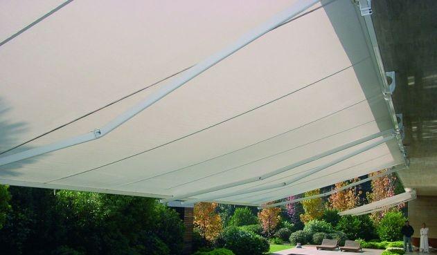 Este sorprendente toldo es la solución ideal para cubrir y proteger terrazas, espacios y patios- tanto públicos como privados- de grandes dimensiones. Toldo Giant- Luxaflex®
