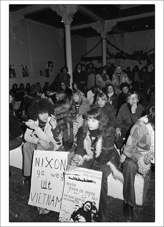De jaren zeventig, dat zijn de jaren van de vrouwenbeweging, de milieubeweging, de vredesbeweging, de abortusbeweging, de solidariteitsbeweging, de anti-kernenergiebeweging enzovoorts. Het zijn de jaren waarin burgers zich in steeds groteren getale aaneensloten om met gerichte acties concrete doelen na te streven. In Nederland heerst om zo te zeggen een linkse, progressieve consensus. Veel Nederlanders waren net als de radicalen bereid hun stem te verheffen tegen het onrecht in de wereld…