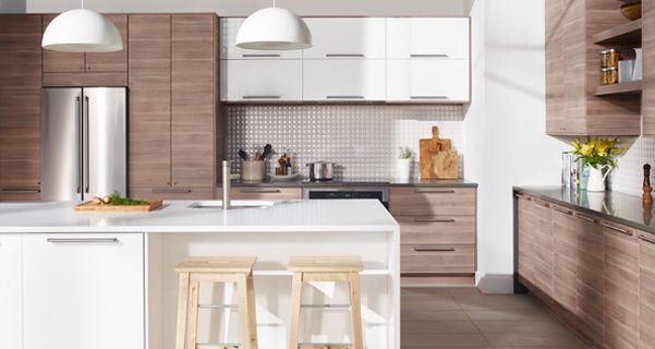 Cuisine Immense cuisine à portes et façades de tiroir effet noyer gris clair, et îlot de cuisine blanc