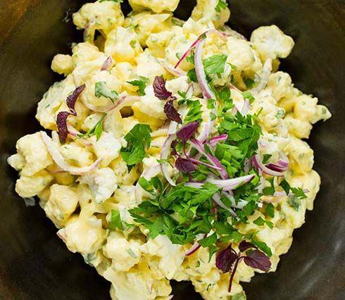 Salat med blomkål, rødløk, bladpersille og majones. Smaker nydelig og er skikkelig sommermat. Se oppskrift her!