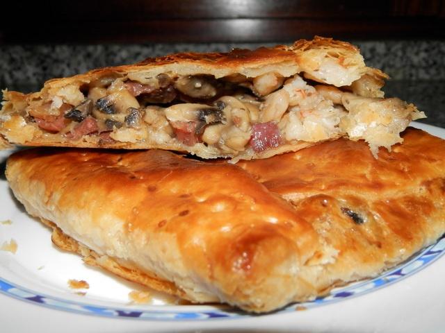 hojaldre de champiñones y jamon serrano con gambas. Ver la receta http://www.mis-recetas.org/recetas/show/38980-hojaldre-de-champinones-y-jamon-serrano-con-gambas