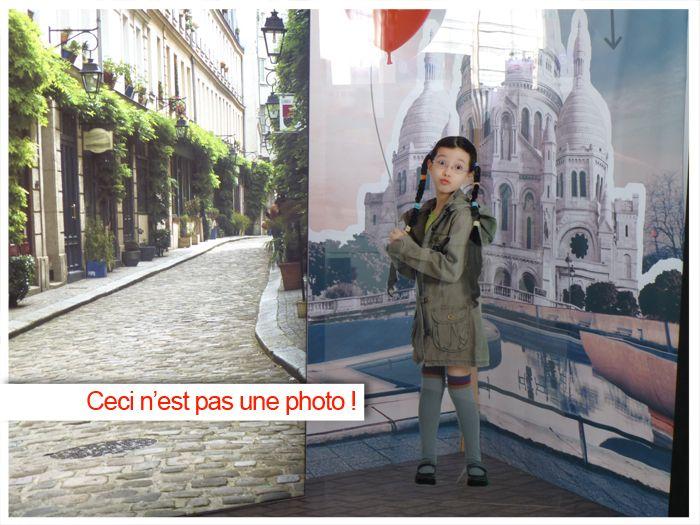 COM'PARK OUTDOOR AU SERVICE DE VOTRE IMAGINATION ! Ceci n'est pas une photo mais une partie de vitrine. La petite fille est imprimée sur du plexiglas, le fond à droite est une bâche tendue et le paysage de rue à gauche est imprimé sur un support rigide.