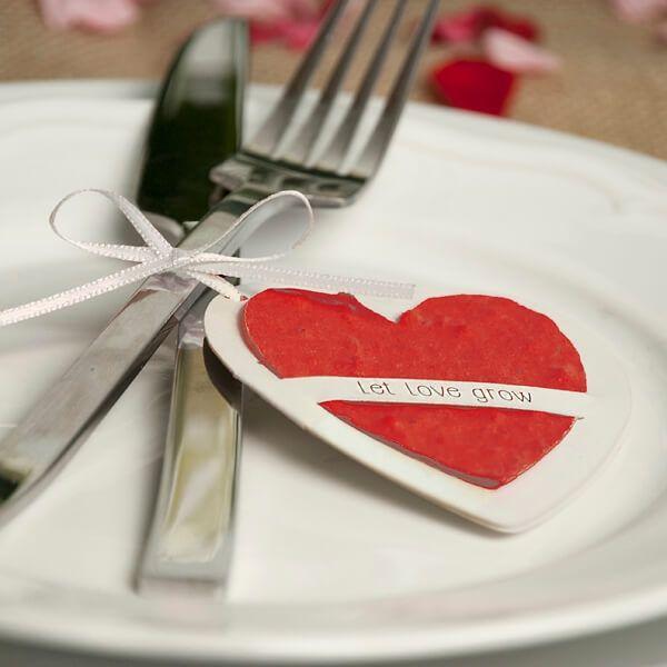 Perfekt als Gastgeschenk, Gastgeschenkanhänger oder für das Hochzeitspaar selbst. Diese Wunschanhänger lassen sich einpflanzen und erblühen dann in voller Pracht. Das Saatpapier-Motiv enthält eine schöne Auswahl an Wildblumensamen. Erhältlich als Schmetterling oder Herz.