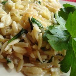 Risoni pasta met gekarameliseerde ui en blauwe kaas