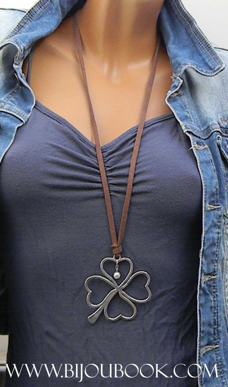 Collar antelina con medallón trébol de la suerte. Para más información o obtener el producto, entra en www.bijoubook.com