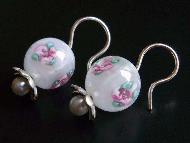 Glasperlen weiß und Süßwasserperlen, Ohrhänger von Schmuckeritis auf DaWanda.com
