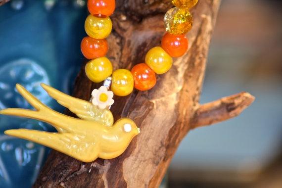 Geel oranje ketting met gele vogel en gele roosjes door HOPPYDESIGNS, €9.95