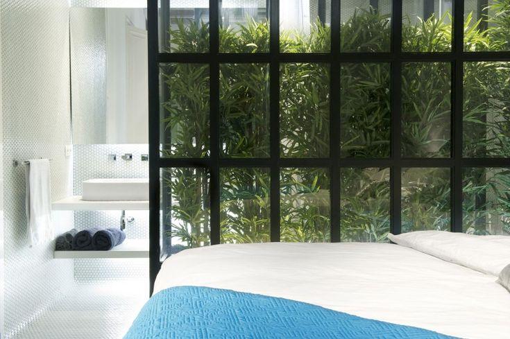 Designersduo Egue en Seta | Barcelona loft | Green roomdevider | Bedroom
