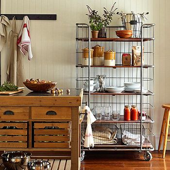 スチールのトールワゴンなら陶器や観葉植物、エプロンやフキンなどをたっぷり載せられて便利です。