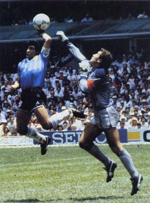 Final de la Copa Mundial de la FIFA 1986 Quarter. Mano meta-ball de Diego Maradona que contó ante Inglaterra sigue siendo uno de todos los tiempos momentos más memorables del fútbol. Fue uno de los dos goles en un partido para Maradon