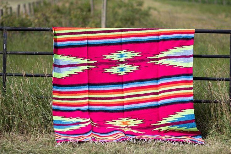 Mexicaans vloerkleed in felle kleuren. Honderd procent katoen. casaquente.nl
