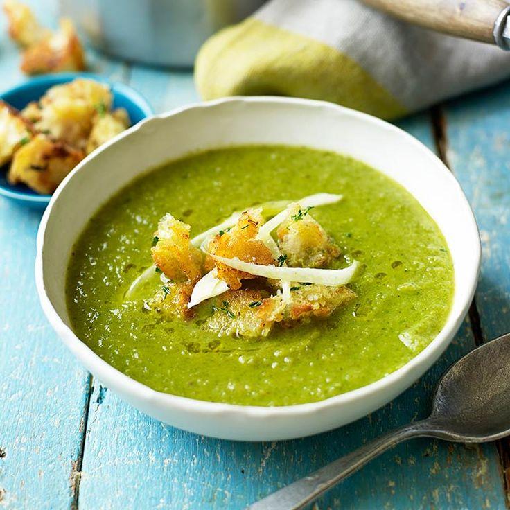 Deze makkelijke soep met venkel en spinazie is zuivelvrij, en daarmee geschikt voor vegetariers en vegans. Serveer met knapperige croutons.    1 Breek voor de croutons het brood met jehanden in blokjes. Verhit de olie en bak deblokjes brood...