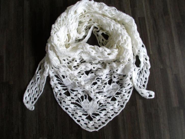 Gehaakte omslagdoek/sjaal harten wit
