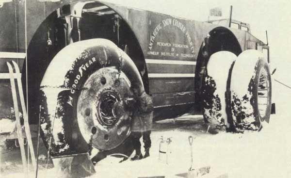 În anul 1939 un alt vehicul uriaş prindea viaţă într-un proiect ce avea ca obiectiv Polul Sud. Antarctic Snow Cruiser a fost contruit pentru a asigura transportul într-o expediţie curajoasă spre Antarctica. Spunem uriaş pentru că dimensiunile sale erau chiar impresionante: lungime 17 ...