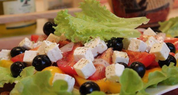 Греческий салат И вот уже сам собой напрашивается на стол знаменитый греческий салат – вкусно, красиво, быстро. Помидоры и сыр фета – два продукта, определяющих этот салат. #греческийсалат