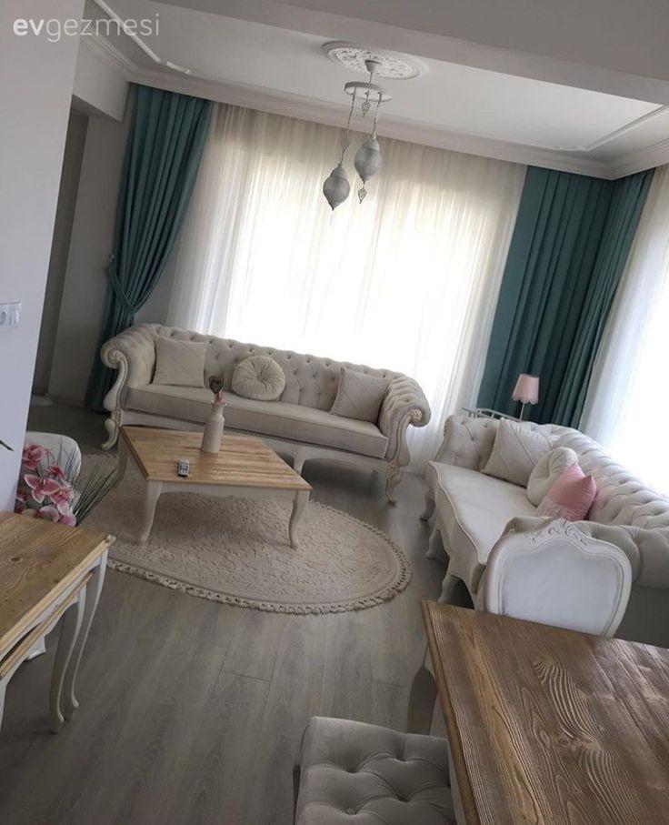 Beyazlar içinde bir ev tasarlayan Ayşegül hanım, country stilde mobilyaları, uyumlu aksesuarlarıyla çok zarif ve zevkli bir atmosfer yakalamış.  Yeni evli ev sahibimiz, mobilya seçimlerinde açık ren...