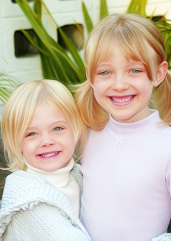 Elle and Dakota. The adorable Fanning sisters <3