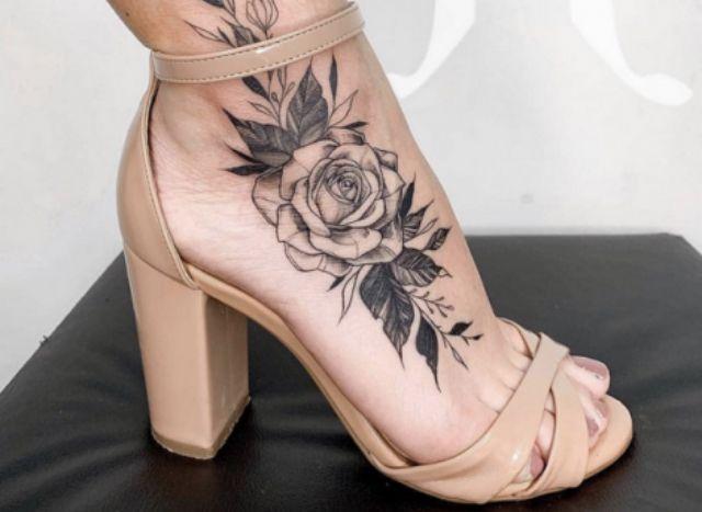 Pin de lorrayne rita em Tatto em 2020   Tatuagem no pe feminina, Tatuagem de rosa no pé, Tatuagens no pé
