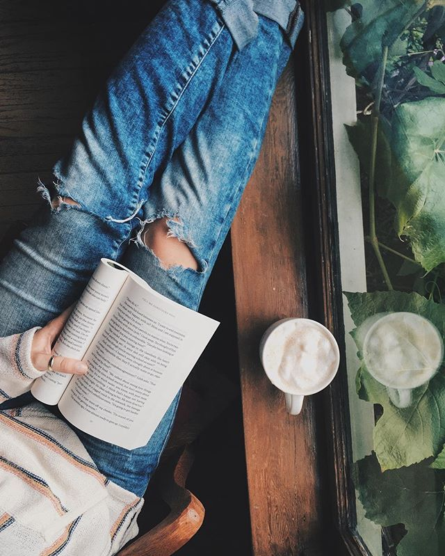 Rainy, chilly days in July call for big sweaters, comfy jeans, and almond milk lattes while reading beside the open window to hear the rain ☔️.