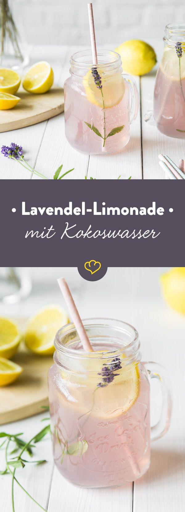 Der Ursprung dieser außergewöhnlichen Limonade aus Lavendelblüten und Kokoswasser muss irgendwo zwischen Provence und Karibik liegen. Herrlich erfrischend!