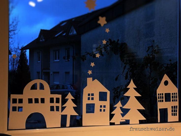 Es ist ziemlich einfach das Fensterbild: Häuser im Winter zu machen. Du brauchst weisses Tonpapier, Skalpell und eine Schneideunterlage. Und Fantasie...
