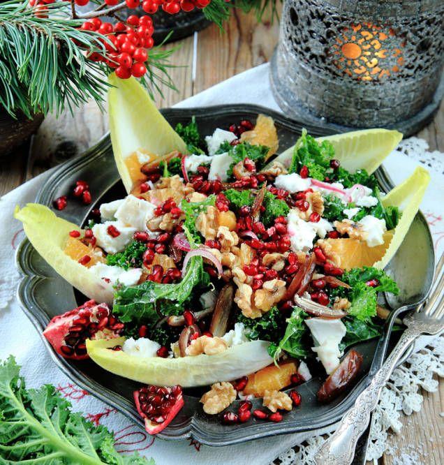 En fräsch grönsaksrätt som tillbehör till all julmat vill man inte vara utan. Den här salladen med grönkål, getost, nötter och frukt passar till det mesta på julbordet.