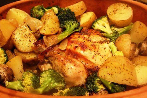 Dagens middagstips, Apelsinkyckling i lergryta med grönsaker & Kamut Både potatis och kamut? Ja, då kan man välja lite vad man vill, framförallt om man är2år och väldigt bestämd av sig. Bestod ungefärav,        1 hel kyckling ca 1.5 kg  1broccoli, ca 400gskuren i b