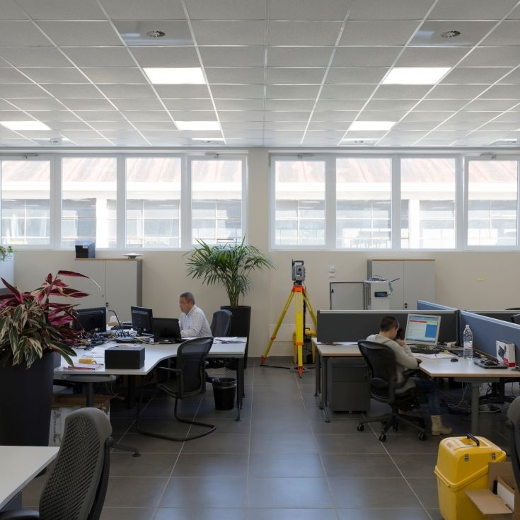 Ufficio open space con finestre S40 in PVC.