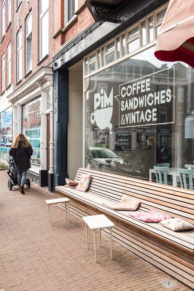 De afgelopen jaren zijn er in het Haagse Zeeheldenkwartier steeds meer leuke zaakjes bijgekomen. Eén daarvan is Pim Coffee Sandwiches & Vintage, een plek waar ik geregeld kom. De kaart is fijn, het is er kidsproof (met speelgoedbak en verschoningsplek) en met een beetje geluk zit je heerlijk in de zon op het terras. Pim Coffee Sandwiches & Vintage voelt een beetje alsof je bij bekenden over de vloer bent. Er heerst een relaxte huiskamersfeer, inclusief plofbank en leestafel. In de kast aan…