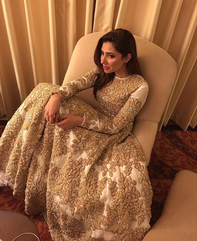 #MahiraKhan for #AliXeeshan at the #PLBW16 ✨ absolutely gorgeous ❣ @alixeeshantheaterstudio @mahirakhan